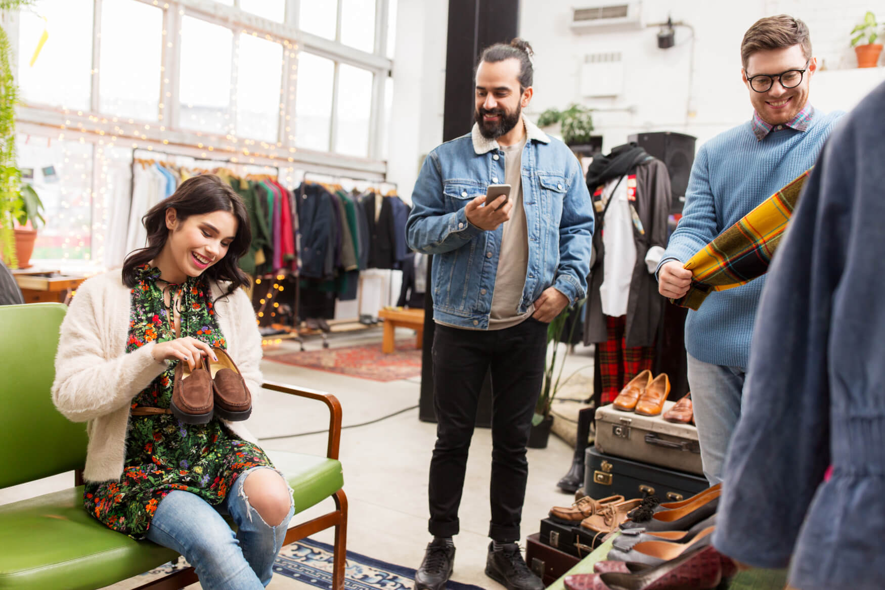 Freunde-Beim-Einkaufen-Bekleidung-Frau-Mann